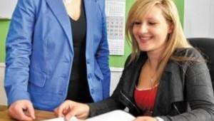 © OVB Die Zahlen stimmen: ElB-Geschäftsführerin Angela Niedermeier (links) und Betriebsleiterin Veronika Moosner. Foto HA